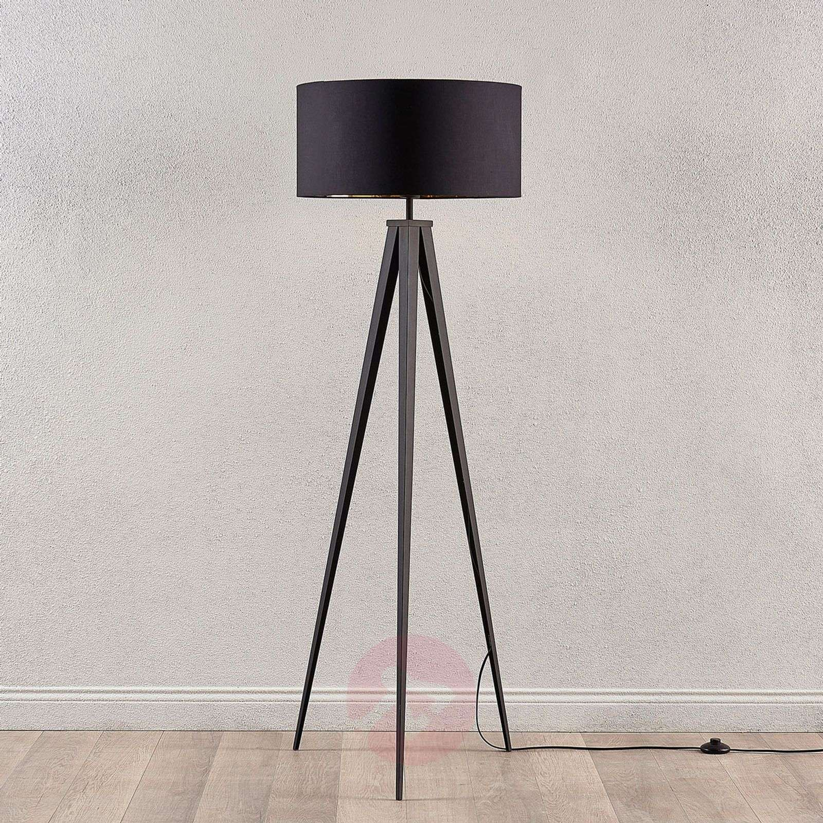 Black and gold floor lamp benik in a tripod look lights for Black tripod spotlight floor lamp gold inner