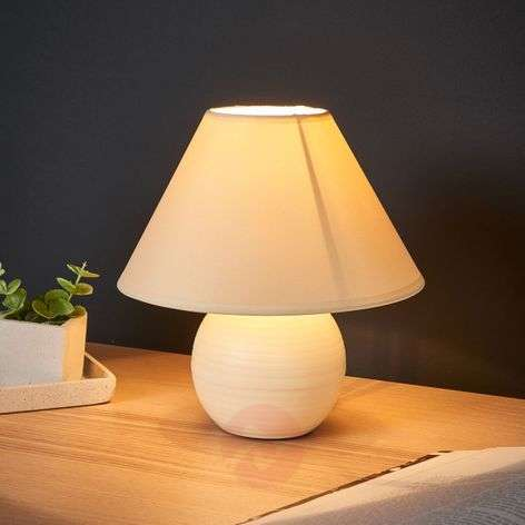 Cream-coloured Kaddy table lamp with ceramic base